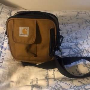 Super swag brun Carhartt axelremsväska. Drar samman nästan varje outfit, var även min go-to under en hel sommar;) Köpt för 450, inga tecken på användning!💕🤓