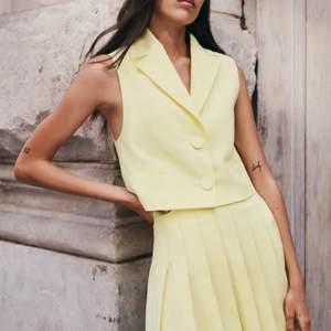 Intressekoll ! Kjol och väst från Zara som inte är använd i strl S. 😊 Buda gärna i kommentarerna
