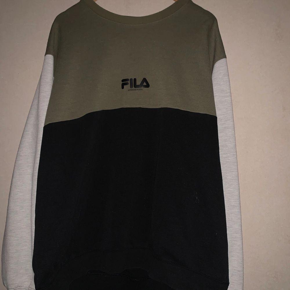 Sweater från fila i använt skick. FRI FRAKT!!. Tröjor & Koftor.