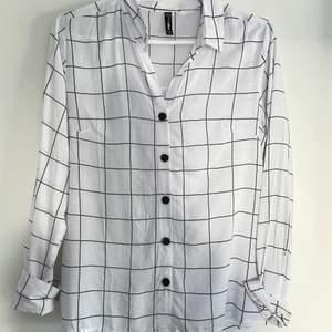 Säljer dessa två skjortor, båda för 60 kr❤️ elelr 30 kr styck❤️ storlek 38