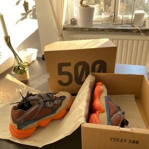 Säljer ett par HELT oanvända Adidas Yeezy 500 Enflame från raffle i Adidas Confirmed-appen. Givetvis äkta - kvitto finns. Övre delen är gjord i både mesh, läder och mocka. Sulan i orange AdiPRENE. BUD!!! Lycka till!