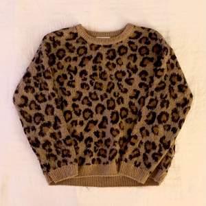 Säljer min leopard tröja från H&M i storlek 134/140, passar som en XS