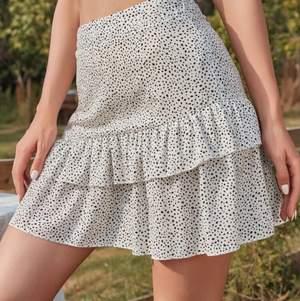 ~Lånade bilder~ kjol köpt på SHEIN, aldrig använd och i bra skick, den är lite för kort för mig som är 169 lång och därför väljer jag att sälja! Den är vit prickig med en liten volang! Köparen står för frakten, fråga vid fler bilder💕 kan frakta utan spårbar också för lägre pris på frakten💕
