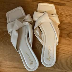 Helt oanvända beiga sandaler. Säljes pga för små för mig... Storlek 39. Original pris är 99kr säljes för 80kr exklusive frakt. Kan mötas i Stockholm 😄