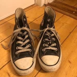Ett par svarta höga läder converse. Ganska slitna skulle jag säga men om man bara tvättar dem lite och byter skosnören hade dem nog blivit typ nya. Strl 38. 65kr för frakt men bjuder om man köper något annat från min sida!
