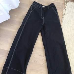 Marinblå byxor med vit söm från ARKET. Fin passform och raka vida ben. Storlek 34. Fint skick. Säljer endast för att jag gått upp i storlek.. älskar dom.