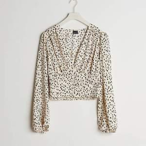 Säljer denna superfina populärare blusen från Gina tricot då den blivigt för liten:/ Aldrig använd så nyskick!!! Superfina unik rost röd färg som tyvärr inte längre säljs på hemsidan💗 Köpt för 400kr.