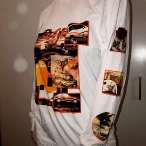 Snygg långärmad T-shirt från asos med bilar på. Jätte skönt material och helt oanvänd. Kunden står för frakten om leverans ☺️