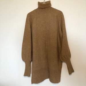 Så fin stickad klänning med polokrage i ljusbrun/beige färg. Mycket fint skick! GRATIS FRAKT!