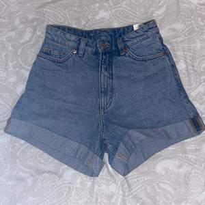 Högmidjade shorts från monki, aldrig använda! Köpte för ca 1 år sedan men de var försmå, därav kan jag heller inte ta bild på plagget på, men hoppas en bild från monkis hemsida funkar. Storlek W24 (XXS-XS) Kan mötas upp i Stockholm annars står köparen för frakt! Kontakta om du är intresserad eller har övriga frågor🥰