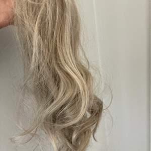 Blond ponytail , se nyans på bilden, syntetiskt hår med klämma. Funkade bra på mig men säljes då den inte matchade min nyans. svårt att få en korrekt bild då jag inte vill röra det för mycket. Men borstas enkelt ut med en borste