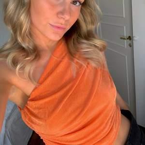 Orangea one shoulder croppad topp. Storlek S/M & M/L finns att köpa direkt på alvii.com 🧡 @alviicom på Instagram för 199kr+27kr frakt 📦
