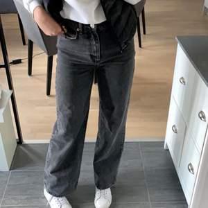 Säljer mina jättesnygga lite svart/gråa Wide leg jeans från Ginatricot! Bra i längden på mig som är 177! Storlek 36. Köpta på Gina i vintras för ca 500kr. Säljer då jag känner att jag knappt använder dom längre:/ köpare står för frakt💕💕