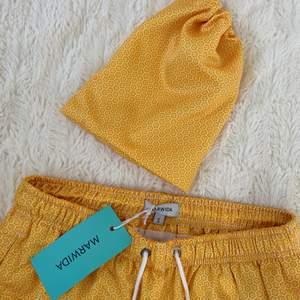 Säljer dessa superfina shorts direkt från Marwida Swimwear, aldeig använda endast testade till bilderna så helt nya (bra kvalitet) säljer en massa shorts i just den här typen så gå gärna in och kolla vid intresse:) (alla är i storlek S) Unisex finns så många detaljer så be gärna in fler bilder!!