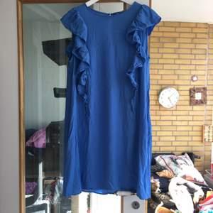 En ljusblå klänning storlek 42 från H&M. Är ljusare än det ser ut i bilden. Använd bara ett par gånger eftersom den blev liten. Är lite skrynklig men den kan alltid strykas. Frakt ingår ej