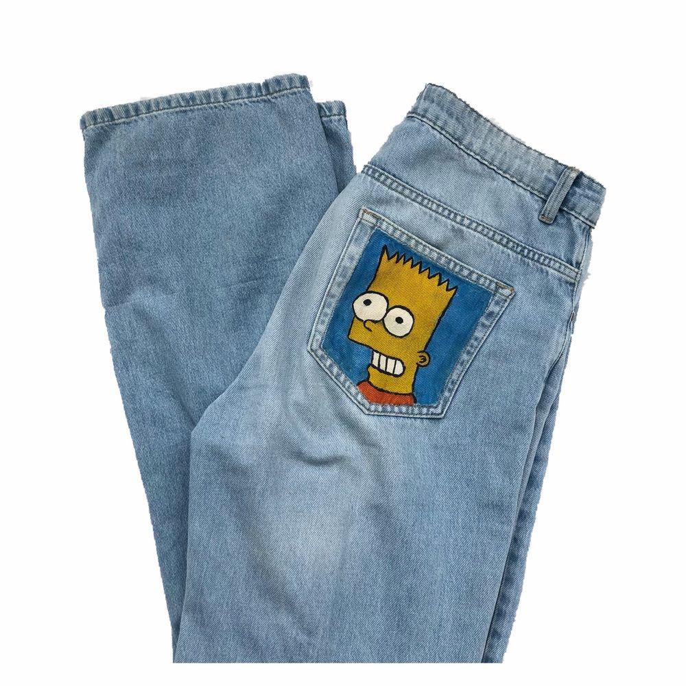 Snygga unika jeans med egenmålade motiv på fickorna där bak. Storlek 38 men passar även 36 för en snygg oversized fit. Frakten är inkl i priset, fler bilder finns vid intresse (LÅNAD FÖRSTA BILD)💛. Jeans & Byxor.