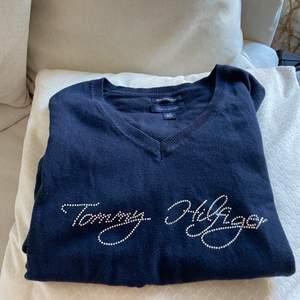 Så fin och unik tunn tröja från Tommy Hilfiger! Mörkblå med silvriga stenar. Storlek L men skulle säga mer en M, jag är XS/S som referens . Nuvarande bud 215