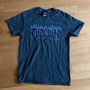 En Grå Thrasher T-Shirt med i min åsikt den snyggaste eldlogotypen 😍 Säljes pga växt ur den. Storlek S. Bra skick🖤