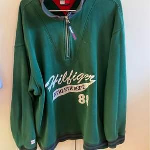 Säljer denna superfina half-zip vintage Tommy Hilfiger sweatshirt. Storlek L. Jag har själv S men gillar den Oversized. Högsta bud vinner 💛