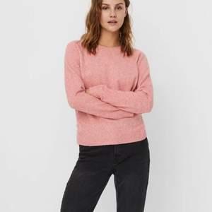 Säljer min rosa stickade tröja från Vero Moda. Tröjan är i en mer klarare rosa irl, skriv privat för egna bilder. Storlek S och mysig. Säljer pga har andra rosa stickade. 100 + 66 kr spårbar frakt 💗