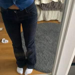 Säljer mina jättesnygga brandy Manchester jeans som jag köpte i våras, dom är lågmidjade och utsvängda jättebra kvalitet då de endast är använda ett fåtal gånger! Kan både mötas upp i Stockholm och frakta💕 pris kan diskuteras! Jag är ca 164-165