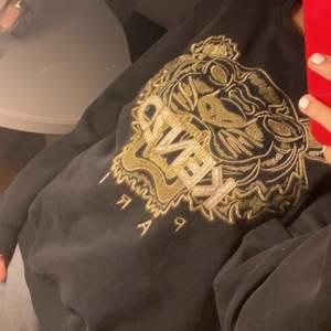 Säljer denna fina Kenzo tröja då jag aldrig använder den, tröjan är så gott som ny o har inga skador eller liknande! Storleken är xxl på tröjan men köpt från barnavdelningen, den är lite oversized på mig som har storlek S💕 Funkar som S/M
