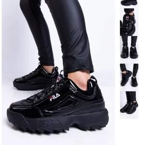 Säljer dessa sjukt snygga fila skor ifrån Madlady. Använda cirka tre gånger och är i nyckick. Nypris 1200kr! Kontakta för mer frågor! I storlek 39 men passar även 38!