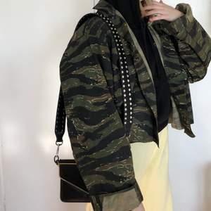 Ball militärmönstrad jacka som jag klippt kortare (kanten är fållad så den fransar sig inte). Ganska tunn så passar bra att ha en hoodie under🌷Storlek xl, passar oversize på mig som är s/m, säljer även väskremmen!