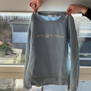 jättefin ny Sail raicing tröja, använd 2 gånger då den är lite liten på mig, är en M i tröjor annars. Superfin färg nu till våren och sommaren