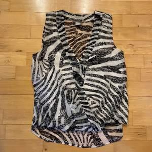 Zebra-topp från H&M i fint skick. Dubbelt tyg fram till och mer genomskinligt på ryggen. 40kr + frakt💘
