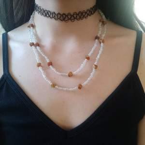 Handgjort halsband med glas- och stenpärlor
