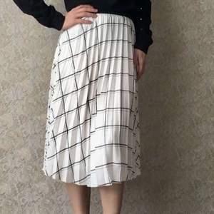 Säljer denna oanvända kjol. Storlek 38 men passar nog 36 också. Köparen står för frakten
