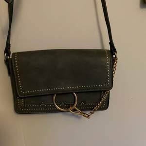 Säljer en mörkgrön väska som inte kommer till användning. Säljs för 90kr+frakt