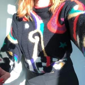 Stickad tröja som jag har köpt på second hand tidigare. Den ger outfiten såå mycket personlighet med alla färger och detaljer😍 ärmarna är långa och eftersom den går in lite längst ner kan man snyggt dra upp den i midjan! Märket är okänt☹️