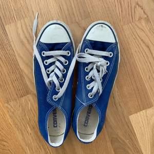 Mörkblå låga converse, superfin kobolt-färg. Storlek UK 5 / EUR 37,5. Lite märkta fram vilket bara är snyggt enligt mig - annars i fint skick!