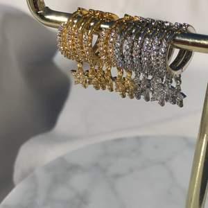 Stjärnörhängen som äntligen är tillbaka. Kostar 89kr och är i materialet 925 sterling silver samt 18k guld. Följ min Instagram för mer smycken @alvas.z🤍
