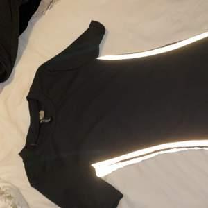 En sommar klänning med reflex på sidorna storlek xs