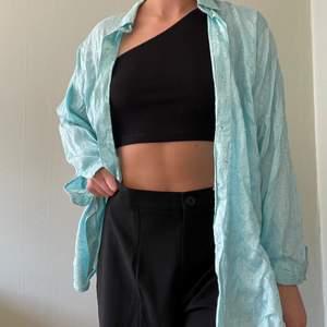 """Ljusblå i skjorta i strl L. Superfin att använda som """"overshirt"""" tsm med t.ex crop top som på bilden ovan eller som vanlig skjorta om man vill det 💙"""