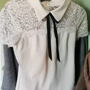 En preppy /school girl tröja i lite y2k stil. Vintage och aldrig använd. Fina spets detaljer upptill