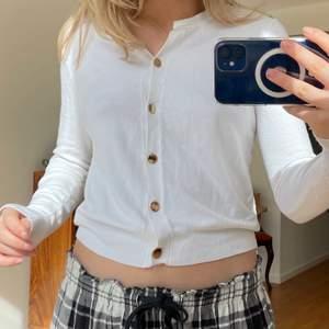 Säljer denna super snygga och söta koftan från zara som är i ny skick💕 (säljer pga att jag har en liknade redan.) Sånnahär tyo av koftor är så sjukt snyggt till båda jeans nu till våren men också kjol i sommar!
