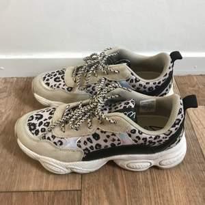 Säljer mina sjukt snygga sneakers från K.Cobler då dom redan nästan var för små när jag köpte dom. Det är ett par chunky sneakers med leopard mönster. Jättefint skick och använda max 5 gånger. Nypris 800kr 🤍💕🌸