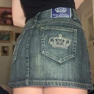 Säljer denna vintage rock & republic jeanskjol som jag hittade på second hand, tyvärr är den för stor för mig😖❤️ Den är i XL men är bara lite för stor för mig som har S tror denna hade passat er som har storlek M😊 Mycket bra skick.     FRAKT 45 KR❤️