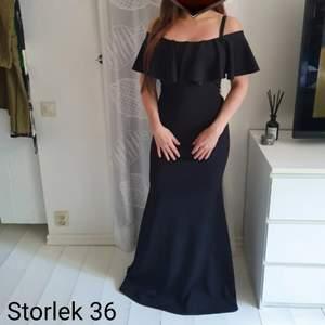 Fin offshoulder klänning med volang upptill. Den är endast testad. Stretchigt & bekvämt material