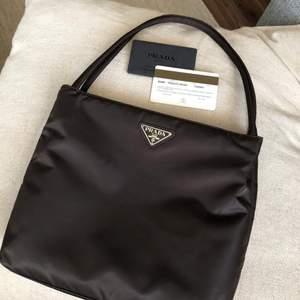Intressekoll på min Prada väska i modellen Tessuto sport. (Mörkbrun) Kommer inte till användning så ofta som jag hade önskat. Äkthetsbevis medföljes. Pris kan diskuteras!