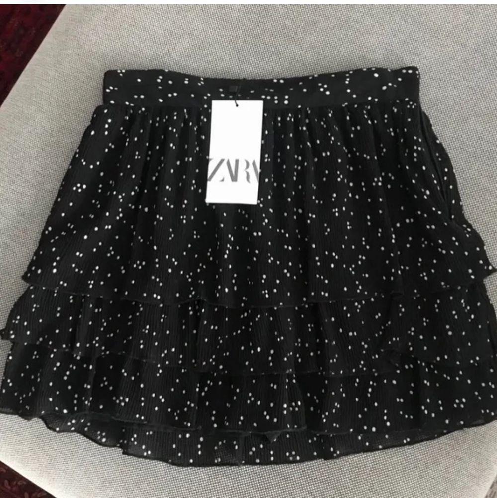 superpopulär prickig zara kjol, med inbyggda shorts, storlek XL men är väldigt liten i storleken, passar L och möjligtvis M. Säljer åt en kompis, på bilden bär jag min egna kjol i S💕 buda i kommentarna, frakt:60kr kjolen har testats men har prislappen kvar💕 Buda i kommentarsfältet😊 DIREKT:400 ink frakt. Kjolar.