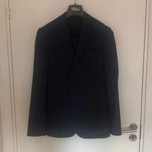 """""""Hopper soft comfort wool suit"""" från J.Lindeberg (nypris 4800kr). Marinblå slimfitkostym (storlek 48) i mycket gott skick. Jag köpte den hösten 2018 och använde den endast en gång på min studentmottagning."""