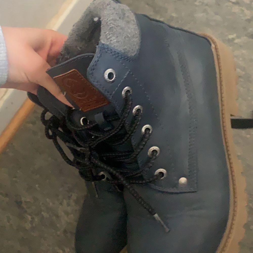 Säljer 2 par skor 50 kr/st eller båda för 100 ❤️ har inte haft användning kanske haft dom 4 gånger men de blev för små för mig ❤️. Skor.