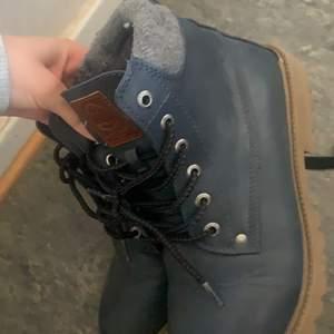 Säljer 2 par skor 50 kr/st eller båda för 100 ❤️ har inte haft användning kanske haft dom 4 gånger men de blev för små för mig ❤️