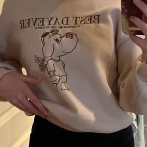 En beige sweatshirt med tryck från shein i storlek 36 (small) Orginalpris låg på 149 kronor:) den är oanvänd så är därför i nyskick! Perfekt till sommarn eller hösten<3 (Ej oversized)