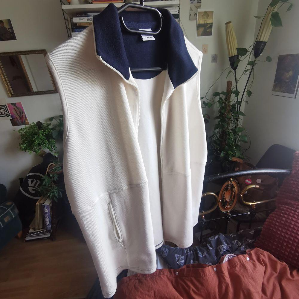 vit vintage väst med blå innekrage, använder oftast L vanligtvis    🐌frakt 66kr ingår. Huvtröjor & Träningströjor.